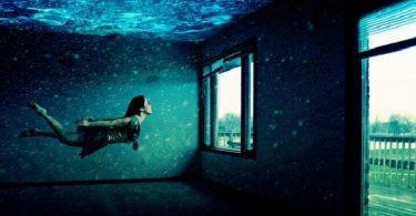 تفسير رؤية السباحة في البحر في الحلم
