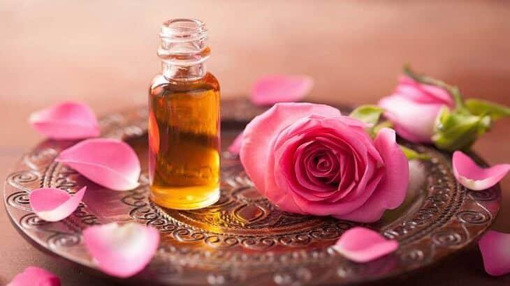 11 فائدة من فوائد زيت الورد للوجه والشعر