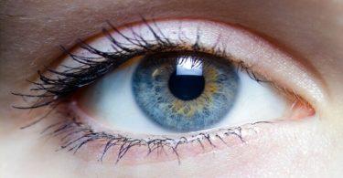 علاج انتفاخ تحت العين بالأعشاب