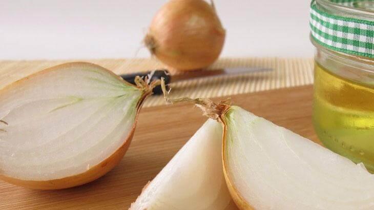 فوائد عصير البصل للشعر الخفيف والمتساقط وكيفية استخدامه