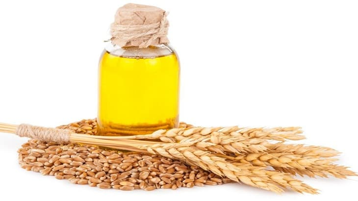 7 فوائد زيت جنين القمح للبشرة والجسم والصدر