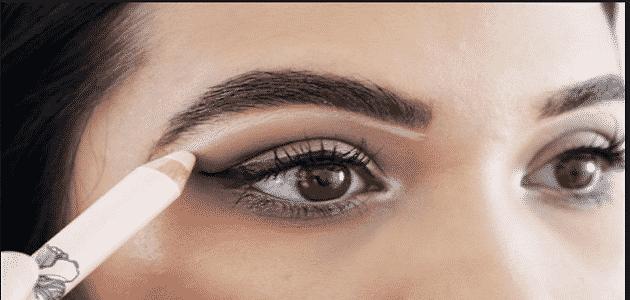 كيفية وضع الكحل لتوسيع العين بالصور