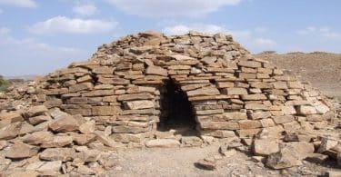 أهمية موقع بات التاريخية وآثارها