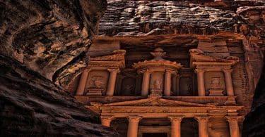 أين توجد آثار البتراء ومتى بنيت بالتفصيل