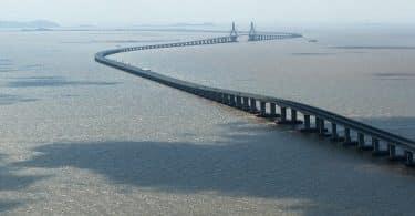 أين يقع أطول الجسور المعلقة في العالم