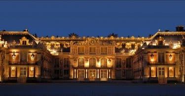 أين يوجد قصر فرساي الشهير