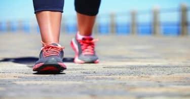 عدد السعرات الحرارية التي يحرقها المشي في اليوم