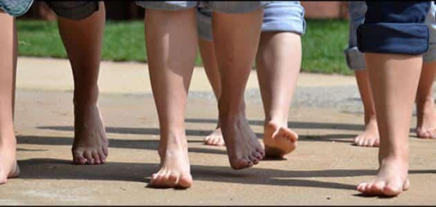 فوائد واضرار المشي حافيا