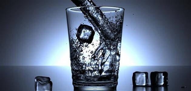 أضرار شرب الماء البارد على معدة فارغة