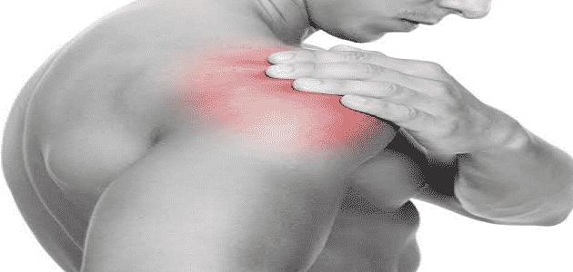 أسباب ألم الكتف الأيمن وعلاجه