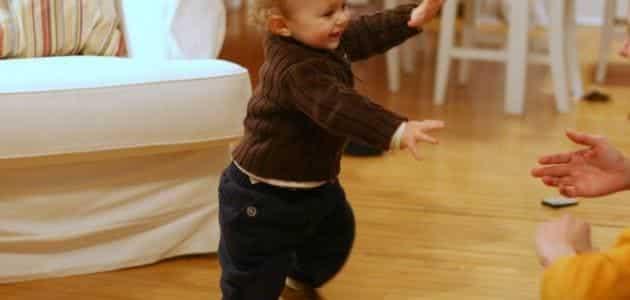 متى يمشي الطفل بعد الوقوف ؟