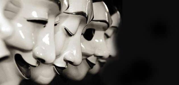 حكم ساخرة عن الناس التافهة ذات الوجهين