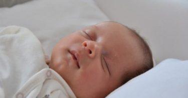 اضرار نوم الرضيع على الوسادة قبل عمر سنتين