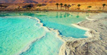 يعتبر البحر الميت من أشهر البحار التي لا تحتوي على كائنات حية، كما أنه يعتبر واجهة سياحية للترفيه وللعلاج بالماء والطين الموجدان فيه,
