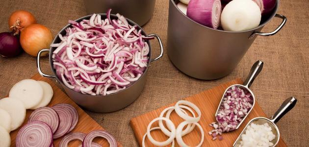 الفرق بين البصل الاحمر والابيض في الطبخ