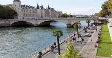 ما اسم النهر الذي يمر من قلب باريس