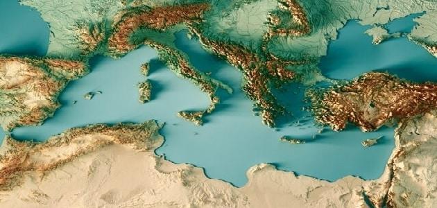 لماذا سمي البحر الأبيض المتوسط بهذا الاسم؟