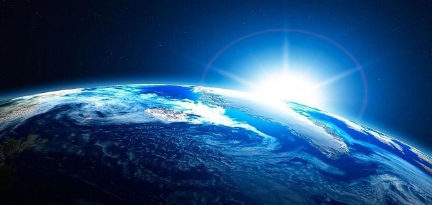 ما هو الكوكب الذي يرى في الليل والنهار؟