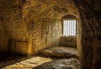 اول من بنى السجون في الاسلام ؟