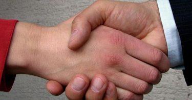 تفسير حلم شخص يمسك يدي بقوة