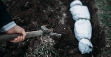 رؤية شخص مكفن في المنام وهو ميت