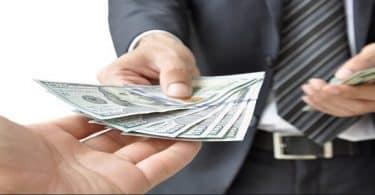 ما تفسير إعطاء الحي للميت نقود ورقية