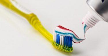مخترع فرشاة الأسنان والمعجون؟