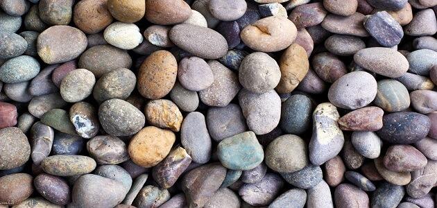 ماذا يسمى الصخر الذي يتكون من حبيبات معادن كبيرة وواضحة