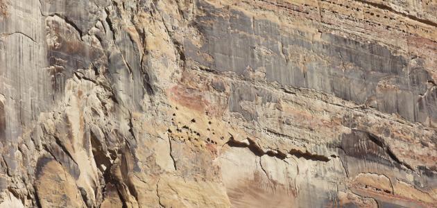 ما الذي يغير الرسوبيات إلى صخر رسوبي ؟