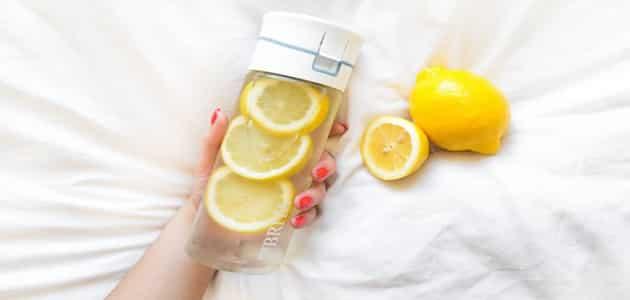 تجارب الماء الدافئ مع الليمون على الريق